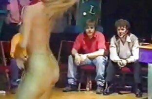 Alice gratis pornofilme mit reifen frauen fleißig Masturbation im Badezimmer durchführen